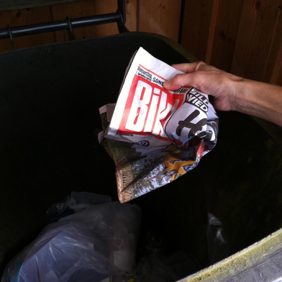 Bildzeitung in die Mülltonne