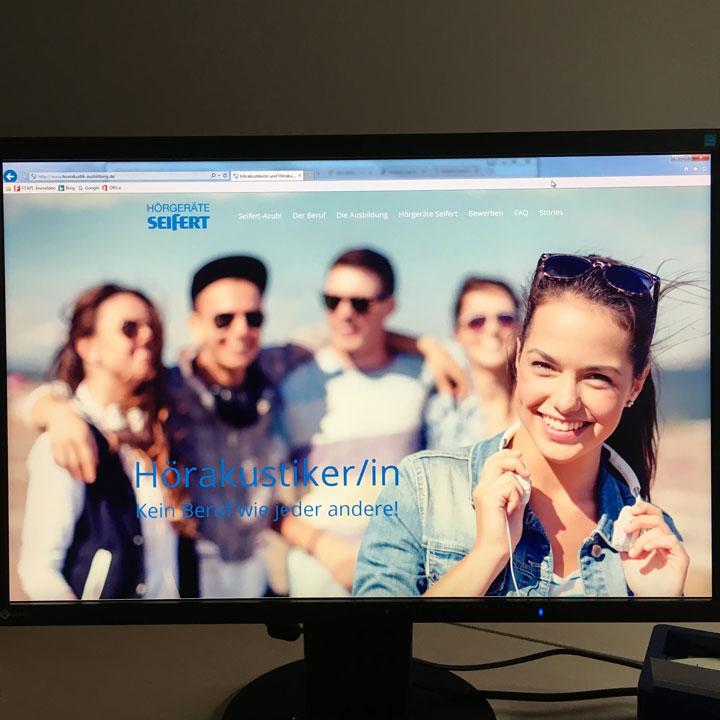 Bildschirm mit Website Ausbildung zum Hörakustiker bei Hörgeräte Seifert