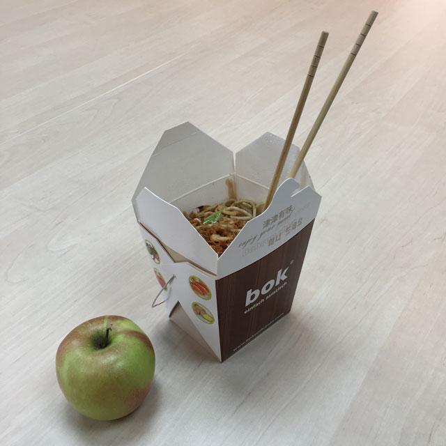 Asia Nudelbox und ein Apfel