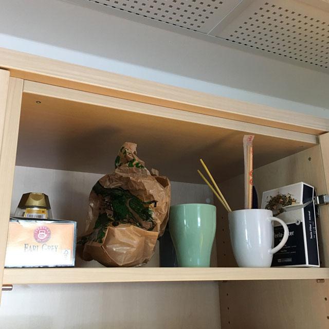 Regal mit Tassen und Dingen