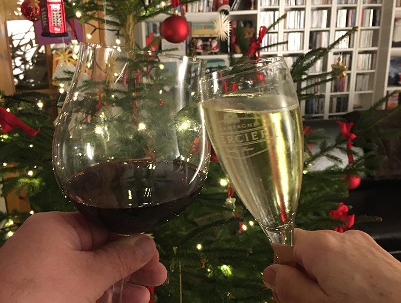 Wein- und Sektglas vor Weihnachtsbaum