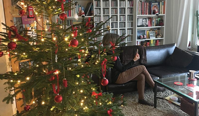Wohnzimmer mit Marina und Weihanchtsbaum
