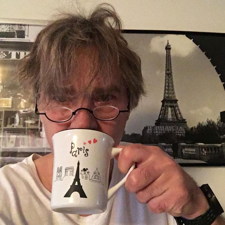 Jens mit strubbeligem Haupthaar und Paris-Kaffeepott.