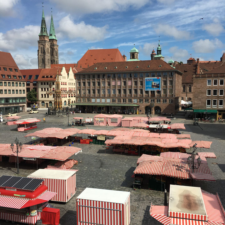 Nürnberger Hauptmarkt mit Marktständen